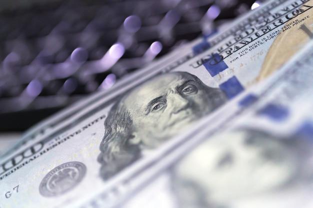 Dinero en la computadora portátil