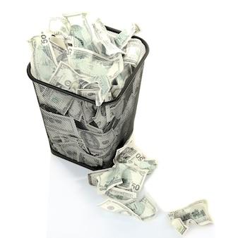 Dinero en cubo de basura aislado en blanco