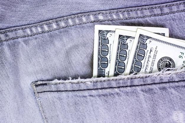 Dinero en efectivo, moneda en el bolsillo de los pantalones