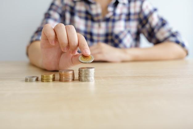 Dinero, financiero, concepto de crecimiento empresarial, pila de monedas para pensar y planificar.