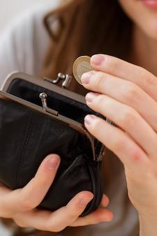 Dinero, finanzas. mujer con billetera