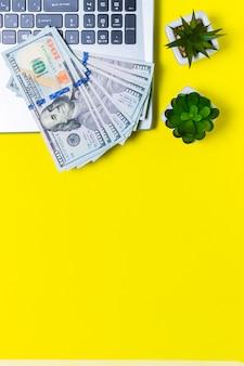 Dinero ganado en forma independiente sobre un fondo amarillo