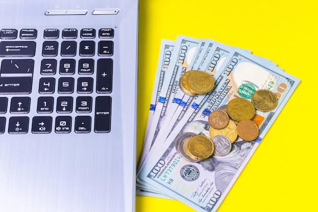 Dinero ganado en forma independiente en una superficie amarilla