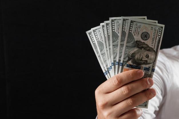 Dinero en manos de un empresario