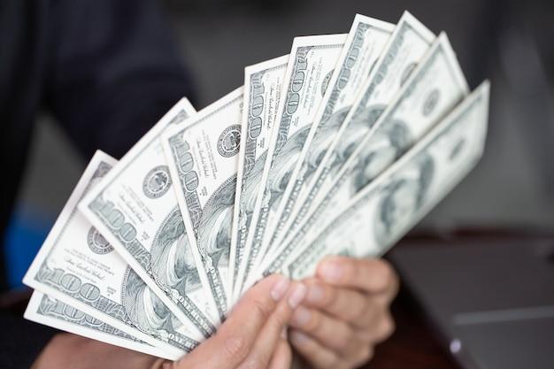 Dinero en las manos, mujer con dólares americanos, billetes de banco de ee. uu., dinero de cuenta, rico negocio