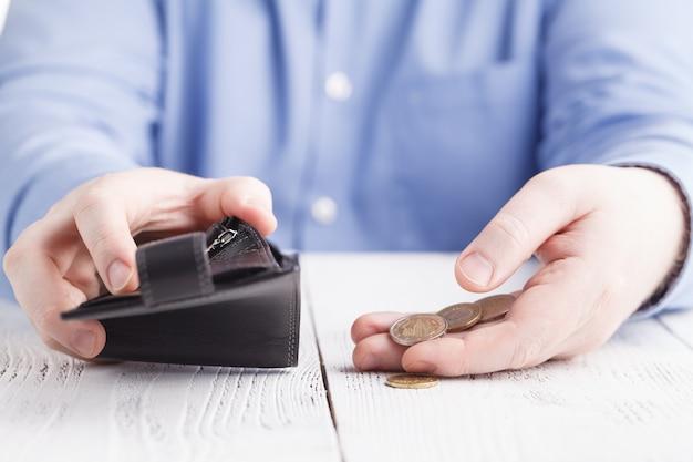Dinero de níquel y billetera vacía