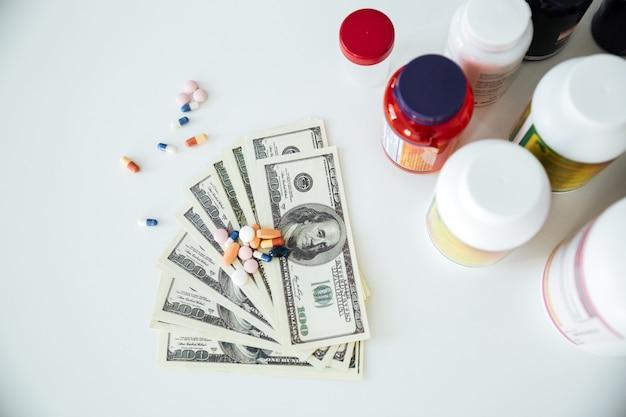 Dinero con pastillas y vitaminas.