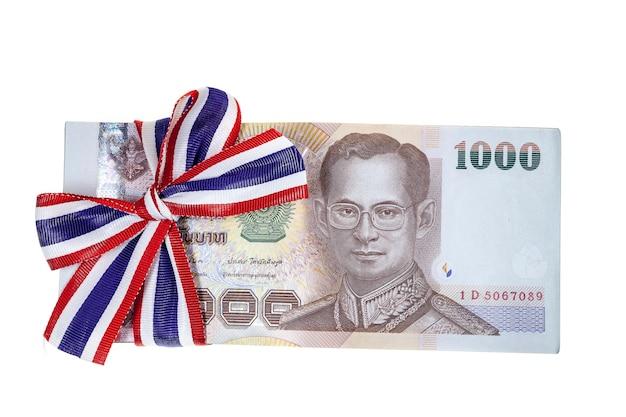 Dinero tailandés sobre fondo blanco.