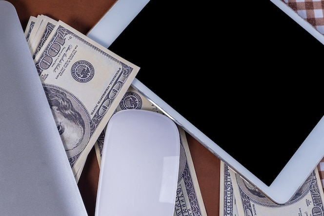 Dinero y un teléfono inteligente