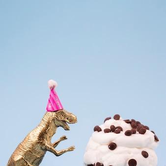 Dinosaurio de juguete y muffin delicioso