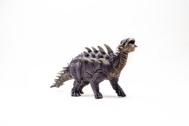 Dinosaurio polacanthus sobre fondo blanco