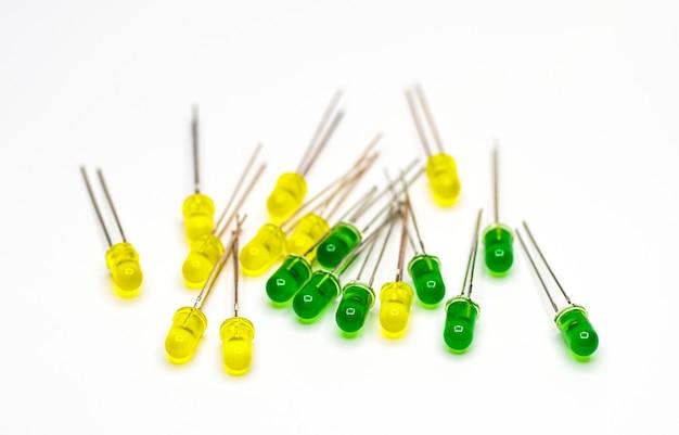 Diodos led de primer plano amarillo y verde sobre un fondo blanco.