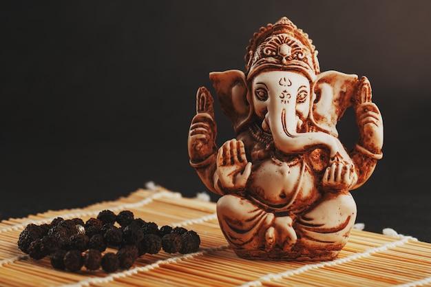 Dios hindú ganesh en blanco