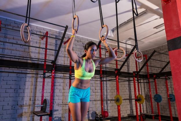 Dip anillo chica mujer entrenamiento en el gimnasio