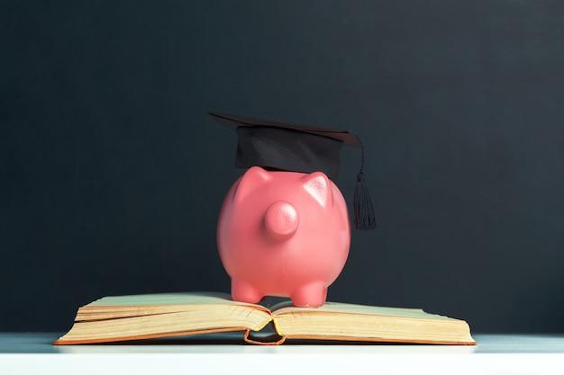 Diploma de estudiante graduado universitario alcancía