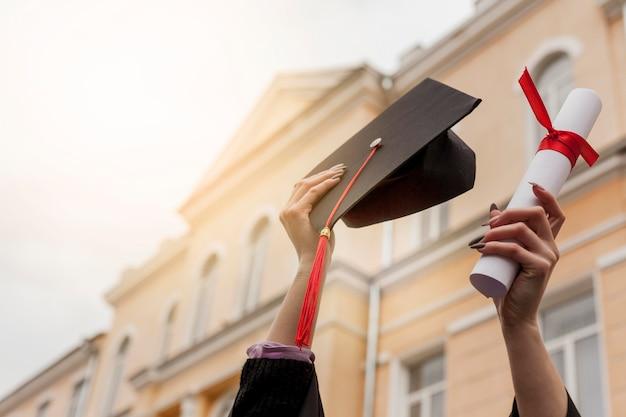 Diploma de graduación de ángulo bajo