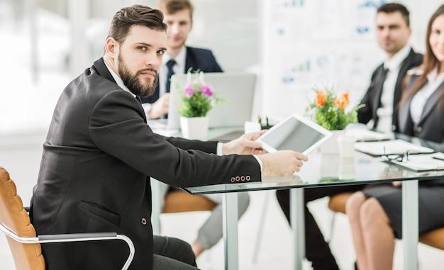 Director y equipo empresarial para discutir la presentación de un nuevo proyecto financiero en una oficina moderna.