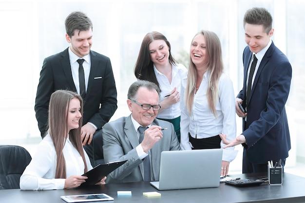 Director y equipo de negocios mirando la pantalla de la computadora portátil de lunes a viernes de oficina.