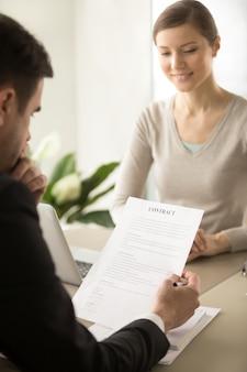 Directora ejecutiva femenina que espera hasta que el socio lea contrato