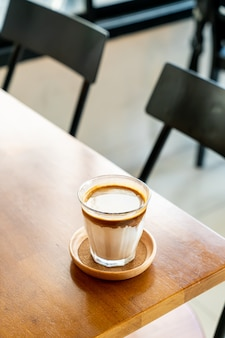 Dirty coffee: un vaso de espresso mezclado con leche fresca fría en la cafetería, cafetería y restaurante.