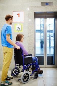 Discapacitados esperando ascensor