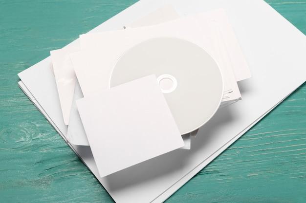 Disco cd en mesa de madera