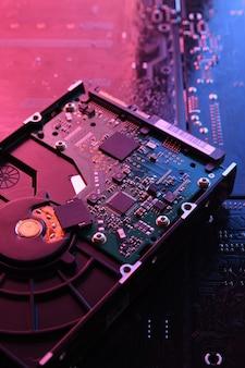 Disco duro de computadora en placa de circuito