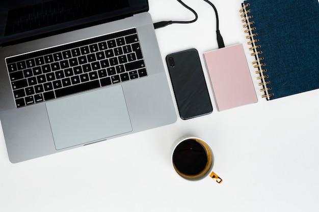 Disco duro externo rosa que se conecta a una laptop