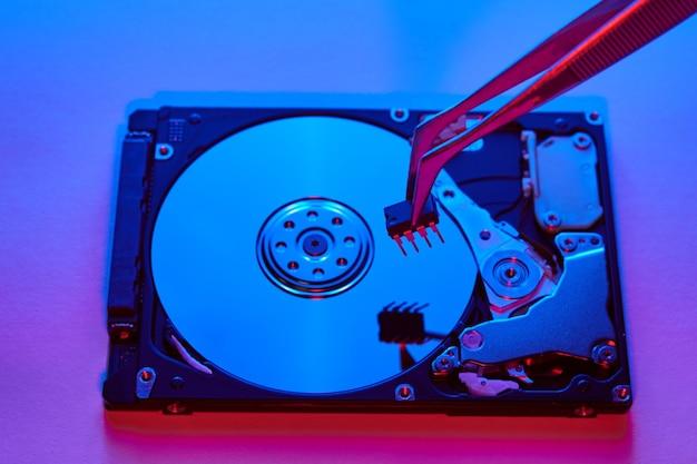 Disco duro o disco duro, parte de la computadora, concepto de seguridad cibernética y robo de datos, privacidad de datos