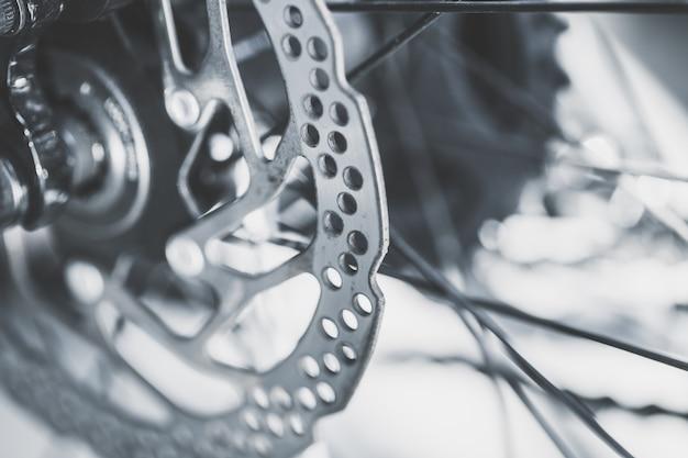Disco de freno delantero de bicicleta de montaña antigua cerca de tiro tono de color vintage
