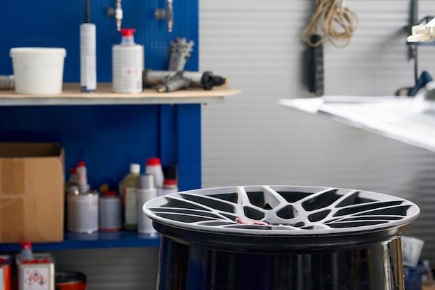 Disco de rueda en taller de reparación de automóviles listo para ser renovado