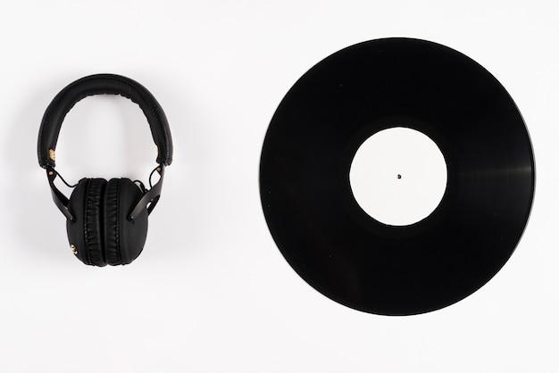 Disco de vinilo y auriculares