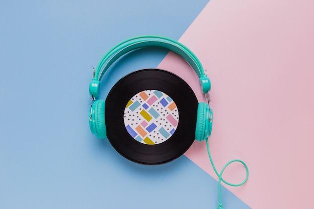 Disco de vinilo con auriculares