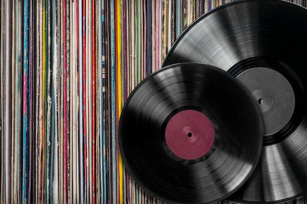 Disco de vinilo con una colección de álbumes.