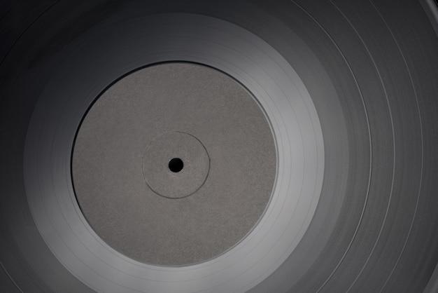 Disco de vinilo lp de 12 pulgadas con etiqueta negra en blanco. toma de primer plano, vista superior