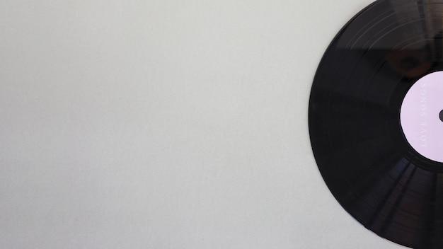 Disco de vinilo negro sobre mesa.