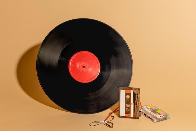 Disco de vinilo y un recurso de diseño de cinta de casete