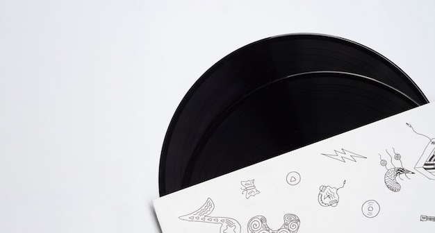 Discos de vinilo sobre fondo blanco con espacio de copia