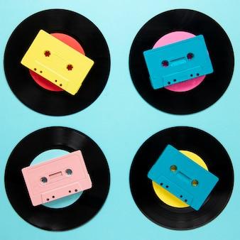 Discos de vinilo viejos laicos planos con cinta de cassette