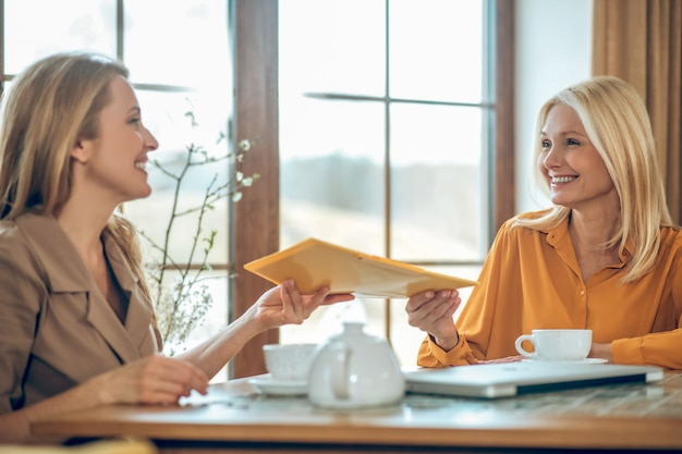 Discusión. dos mujeres hablando y discutiendo algo mientras están sentados a la mesa en un café