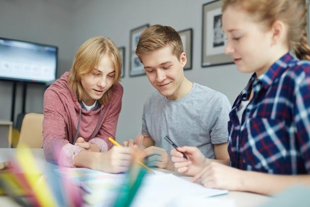 Discusión de estudiantes en casa.