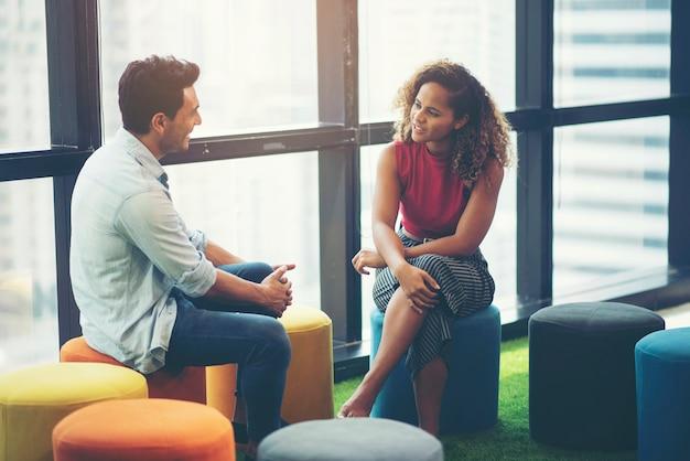Discusión de hombres de negocios, mujeres afroamericanas y hombres de negocios americanos.
