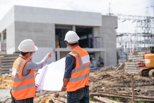 Discusión de ingenieros de construcción con arquitectos en el sitio de construcción
