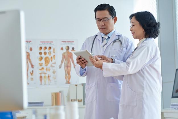 Discusión médica con un colega
