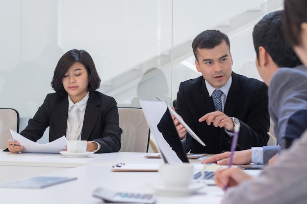 La discusión de negocios y el plan para la lluvia de ideas trabajan juntos en equipo en la oficina.