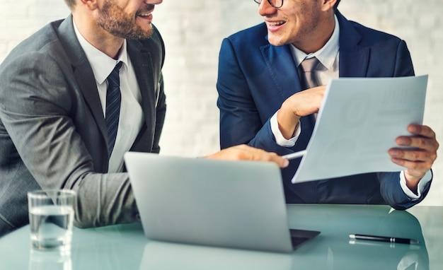 Discusión de negocios sobre la mesa