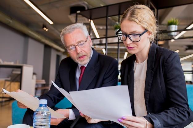 Discusión de un nuevo plan de negocios por parte de un empresario y una empresaria.