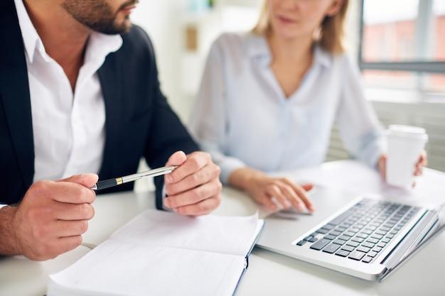 Discutiendo el plan de negocios