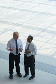 Discutir planes de negocios
