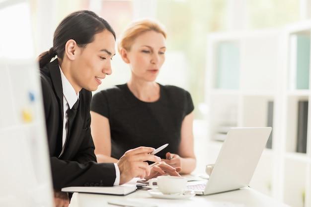 Discutir proyecto con compañero de trabajo